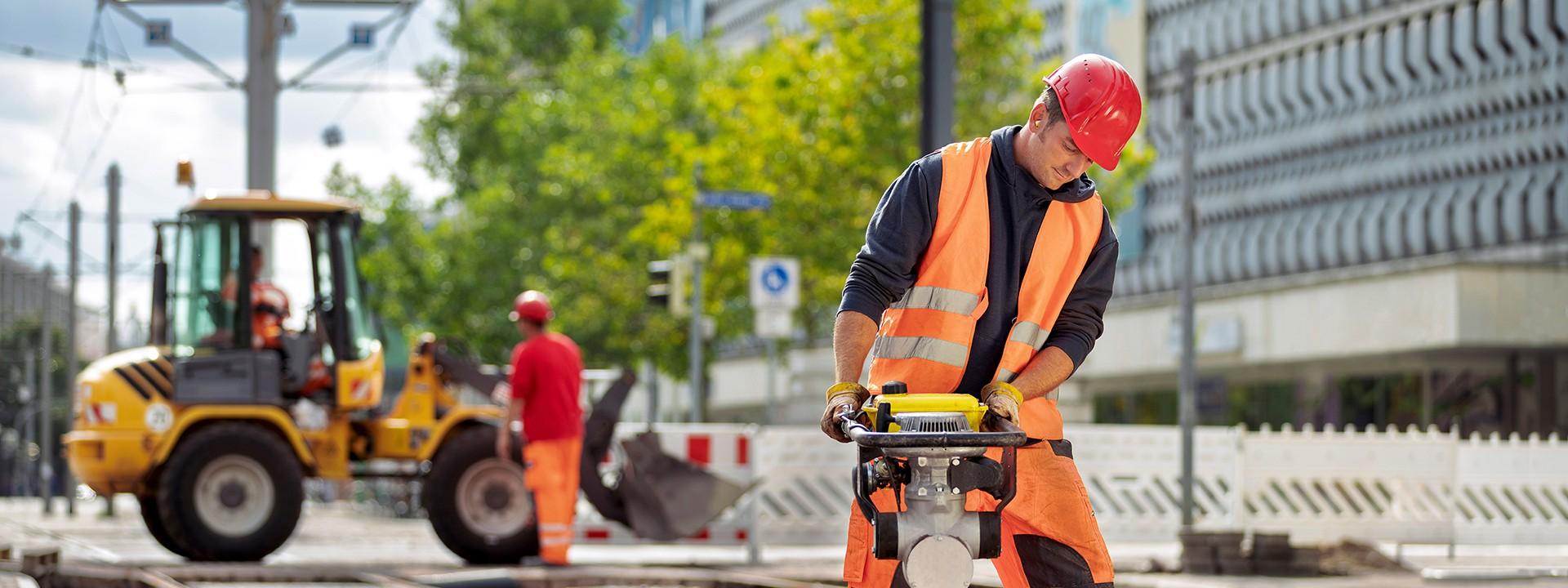 Bauarbeiter mit Bauhammer