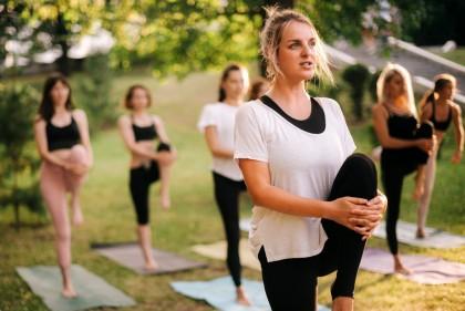Frauen machen Sport im Freien