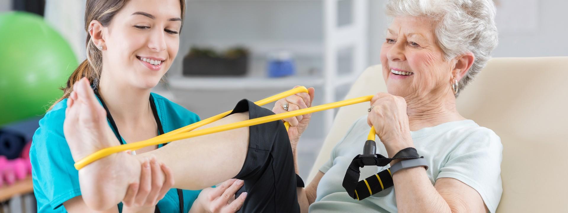 Ältere Frau und Physiotherapeutin