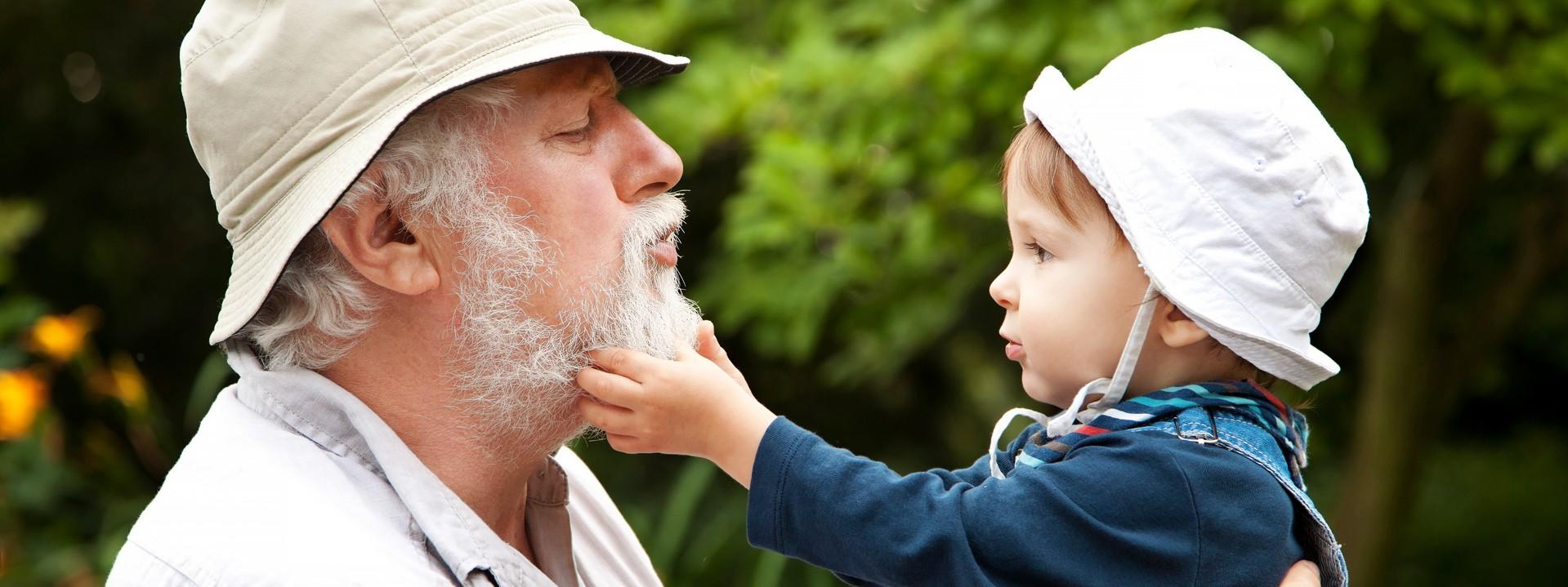 Opa hebt Enkelkind in die Luft