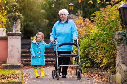 Seniorin geht mit ihrem Rollator spazieren