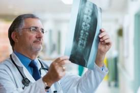Arzt prüft Röntgenbild