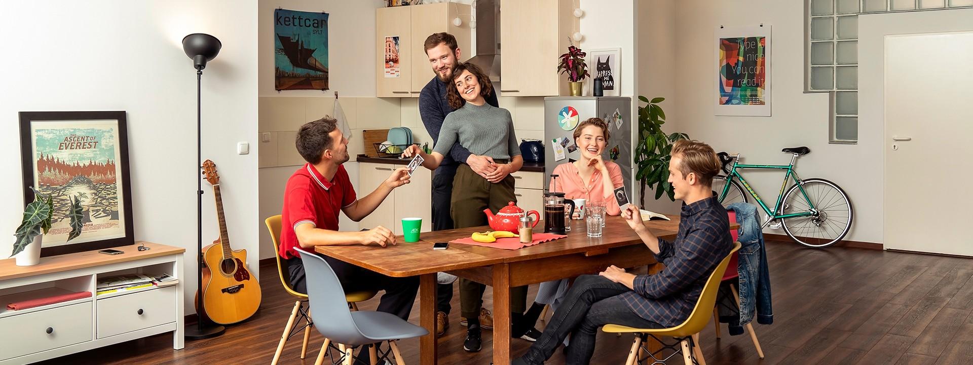 Junge Menschen sitzen gemeinsam am Küchentisch