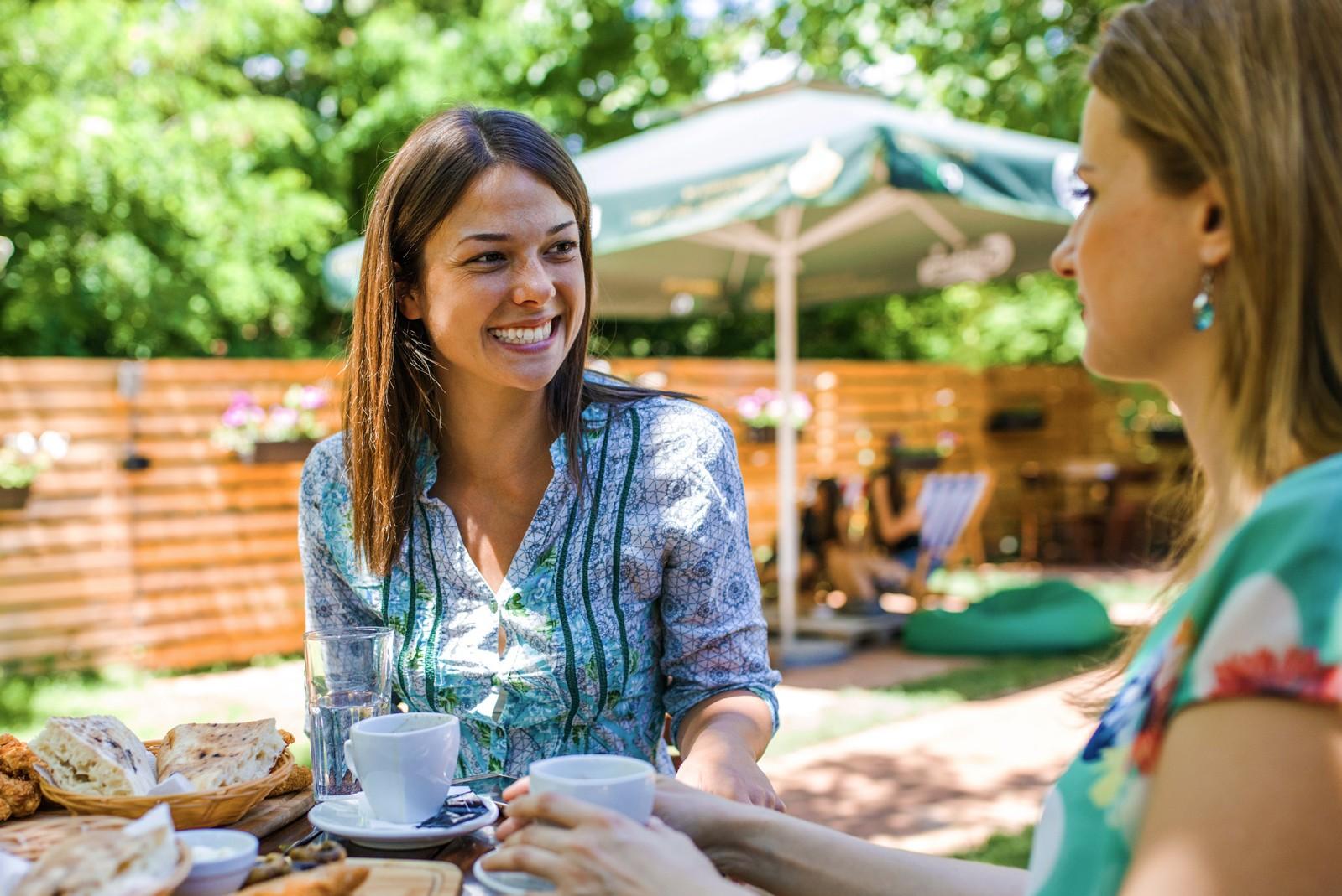 Zwei Frauen unterhalten sich im Biergarten