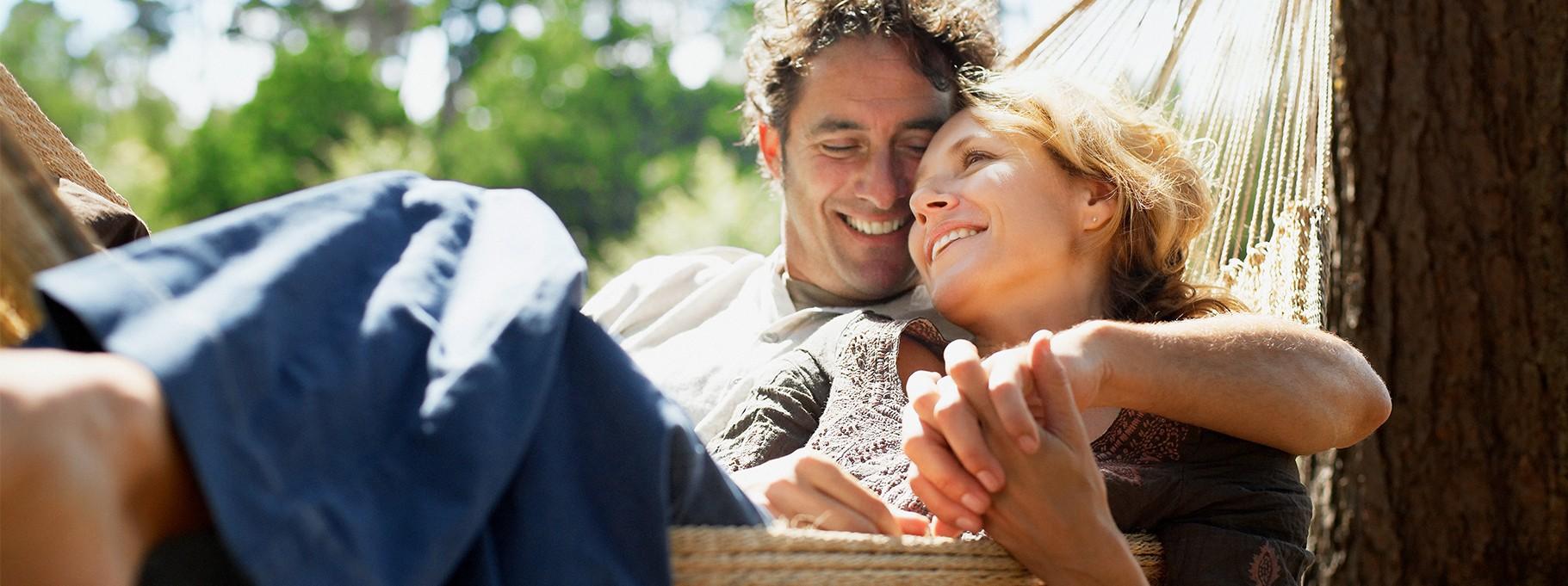 Ein Paar in einer Hängematte