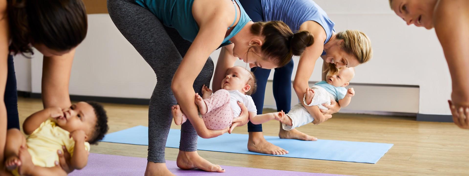 Frauen machen gemeinsam mit ihren Babys Sport