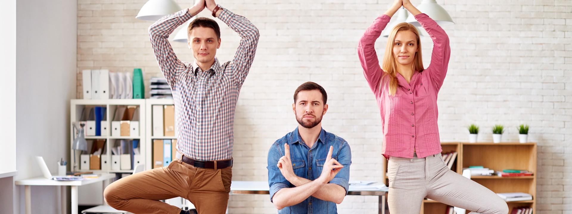 Drei Leute machen Gymnastik