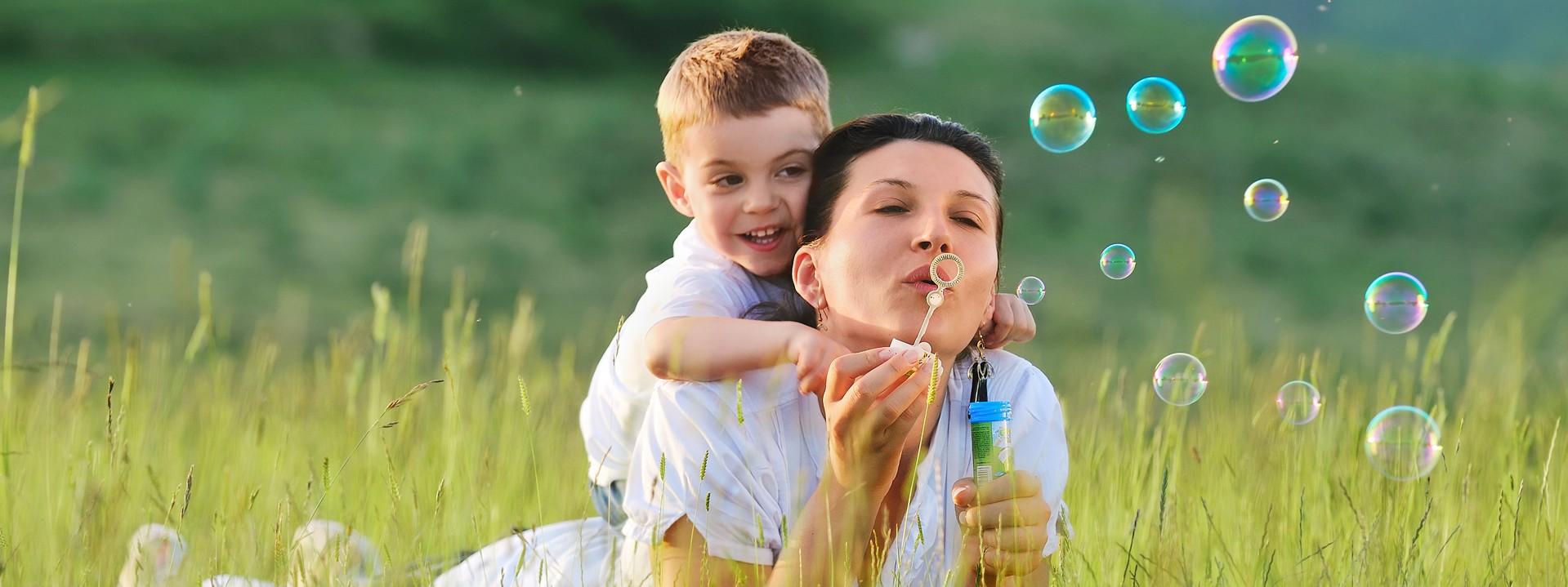Kind und Mutter machen Seifenblasen