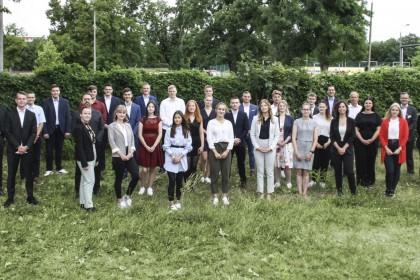 Neue Auszubildende der AOK Sachsen-Anhalt stehen gemeinsam auf einer Wiese.