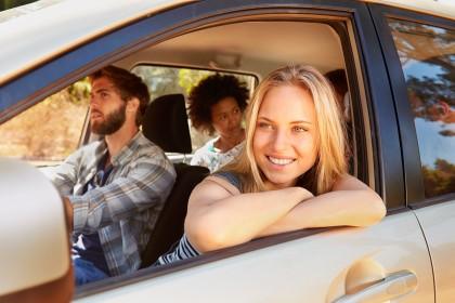 Junge Erwachsene im Auto