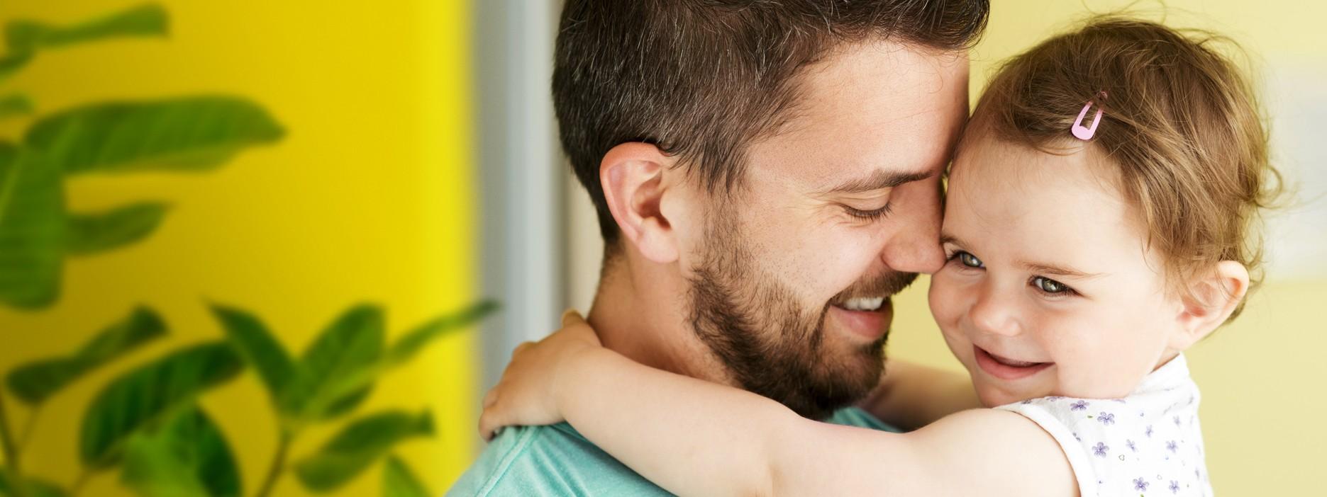 Vater hält sein Kind auf dem Arm