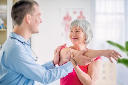 Ältere Frau bei der Krankengymnastik