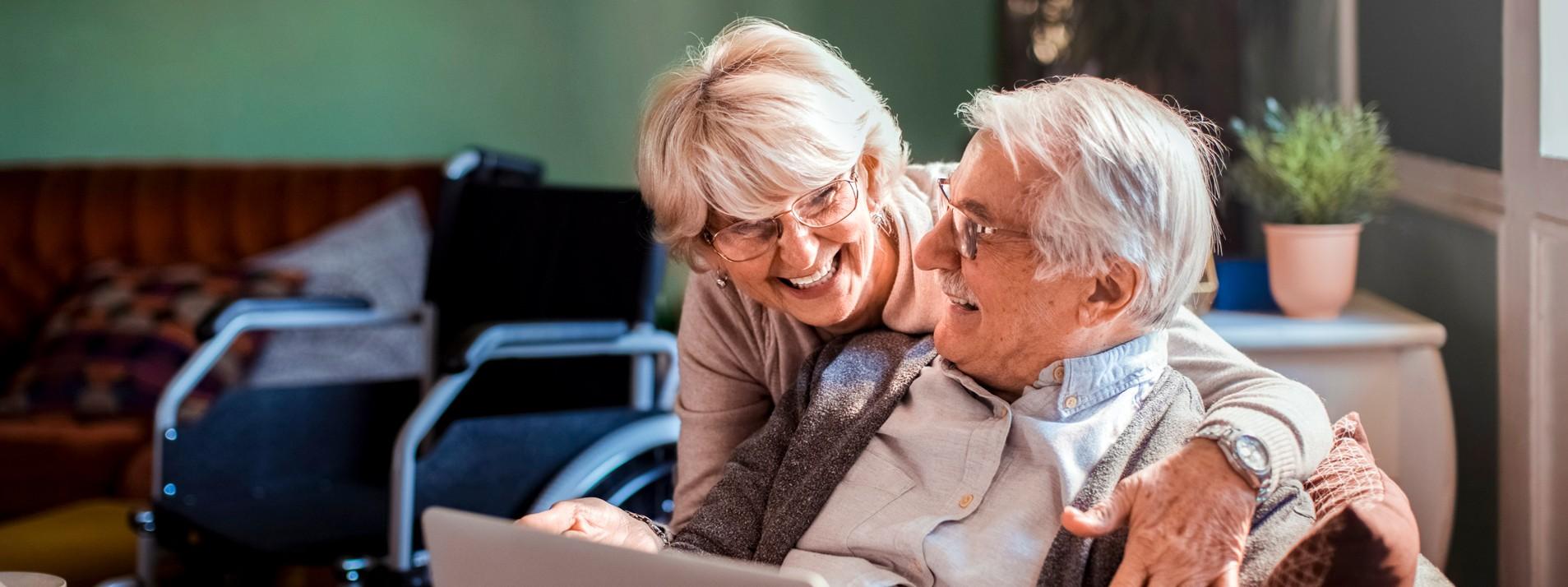 Senioren Paar auf der Couch mit einem Laptop