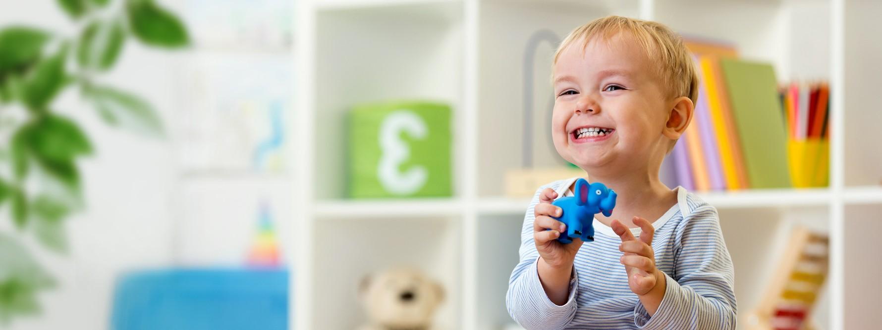 Kind spielt fröhlich