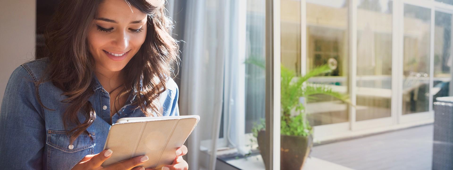 Frau liest auf einem Tablet