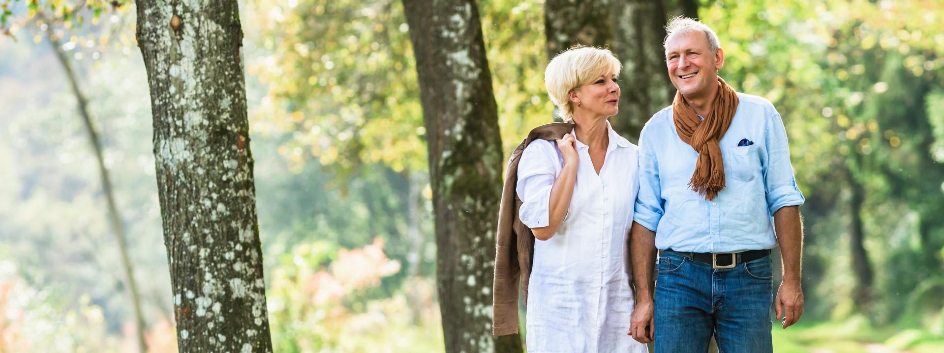 Mann und Frau gehen im Wald spazieren