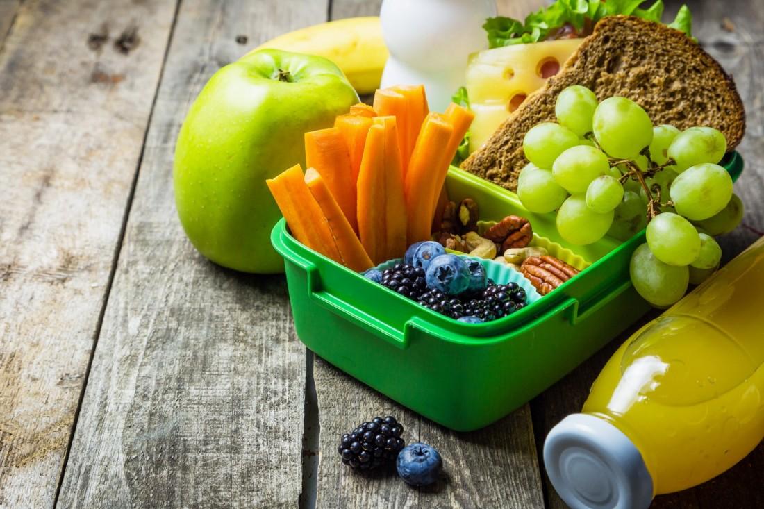 Brotdose mit Obst und Gemüse
