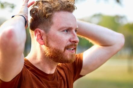 Jungermann mit roten Haaren und sehr blasser Haut