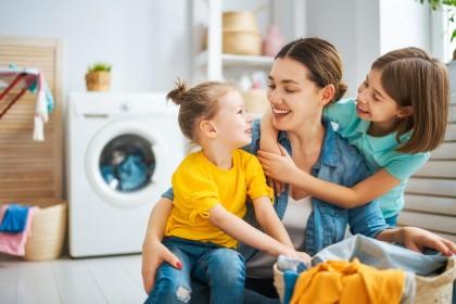 Mutter mit zwei glücklichen Töchtern im Badezimmer.