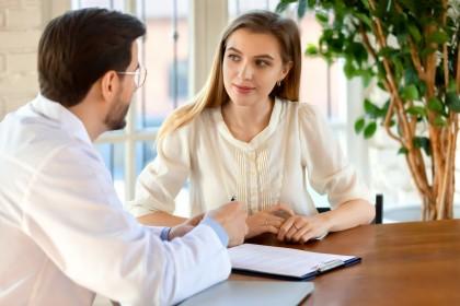 Beratungsgespräch zwischen Mann und Frau