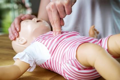 Babypuppe zum Üben der Herzdruckmassage