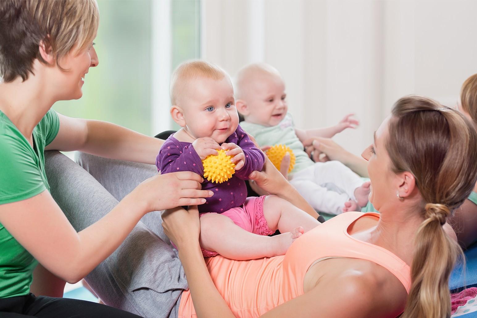 Junge Mütter machen Sport mit Ihren Babys