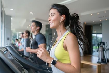 Frau an Laufband im Fitnessstudio