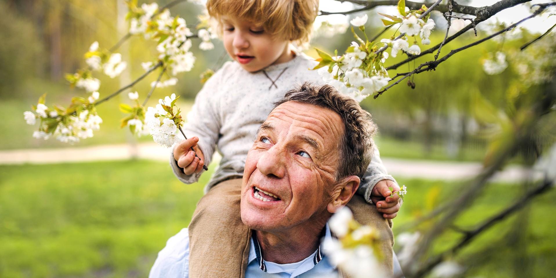 Großvater trägt Enkelkind auf den Schultern