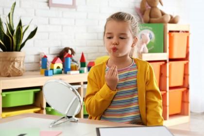 Kind bei der Sprechübung