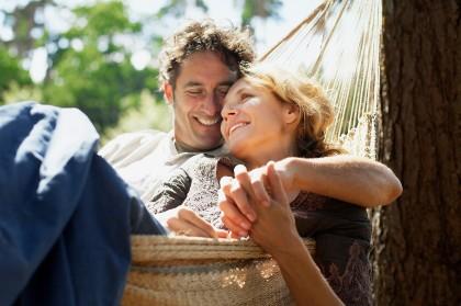 Frau und Mann in Hängematte