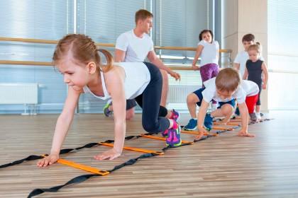 Kleine Kinder beim Sport in einer Turnhalle
