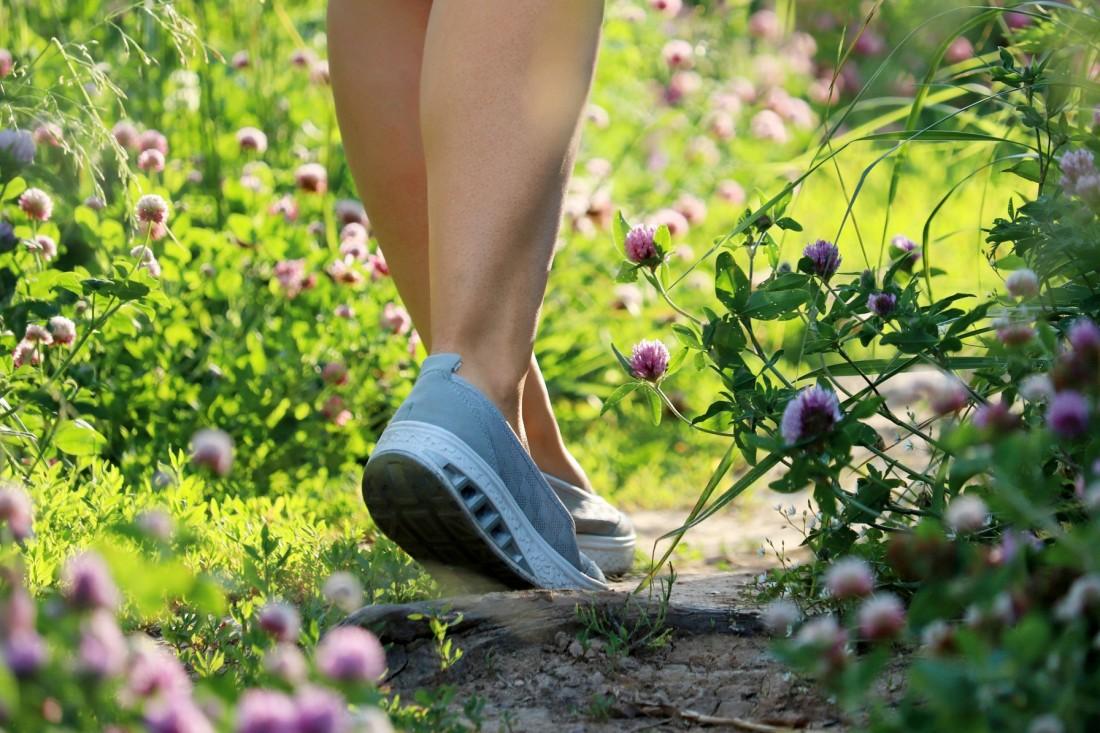Mit Schuhen im Garten