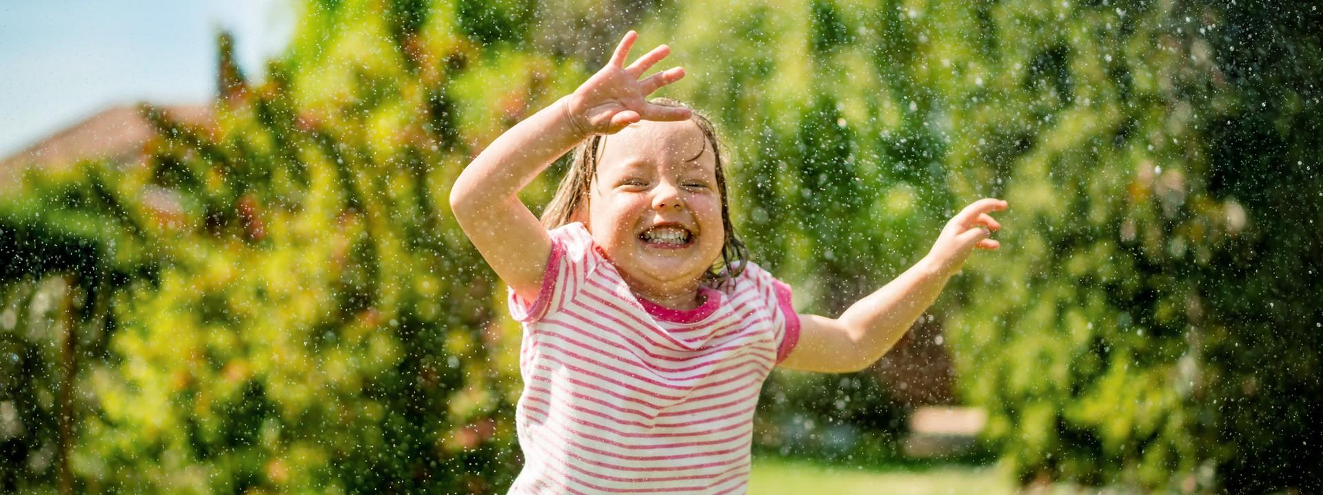 Kind wird nass gespritzt