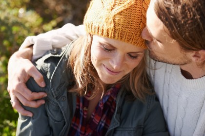 Mann nimmt Frau in den Arm