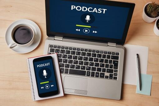 Podcast auf einem Laptop und einem Smartphone
